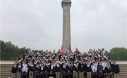 我校团员与少先队员祭扫烈士陵园