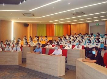 我校举行初二年新团员入团宣誓仪式